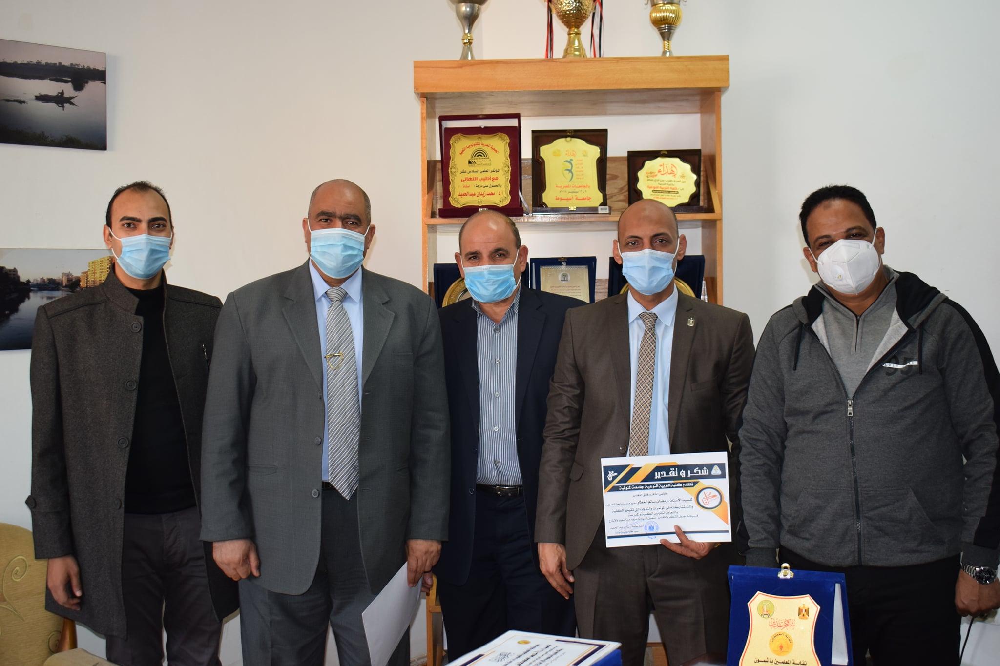 """""""زيدان"""" يتبادل الدروع وشهادات التقدير مع ممثلي نقابة المعلمين بأشمون"""