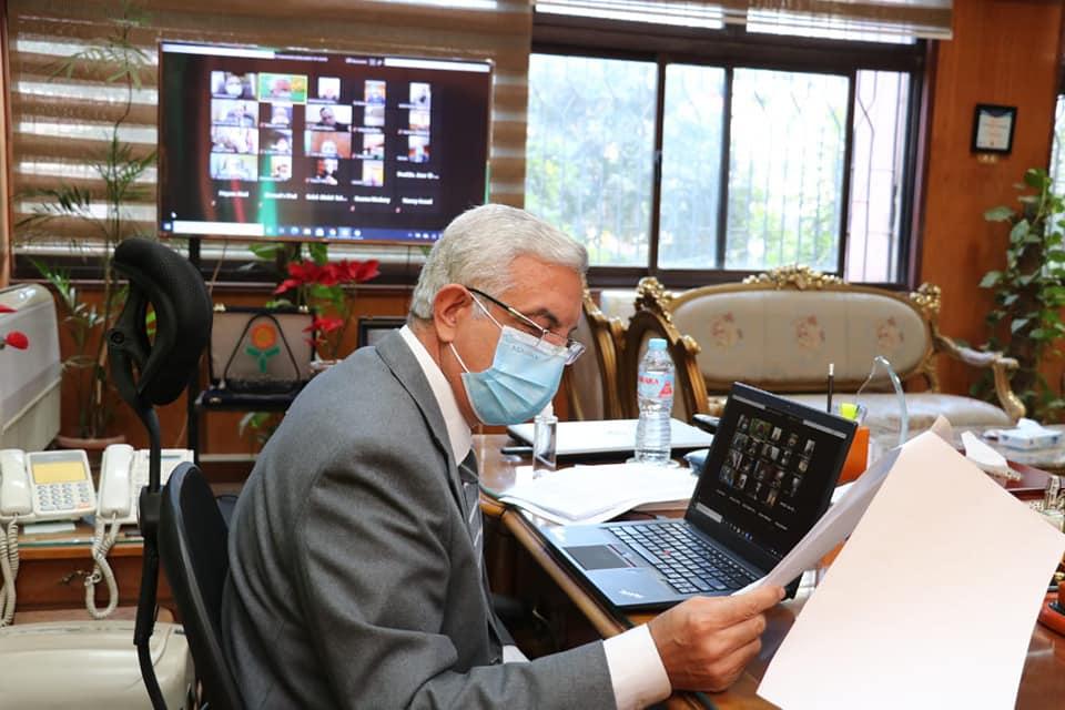 رئيس جامعة المنوفية يشدد على الإلتزام بكافة الإجراءات الوقائية والإحترازية خلال لقائه الشهرى بعمداء الكليات