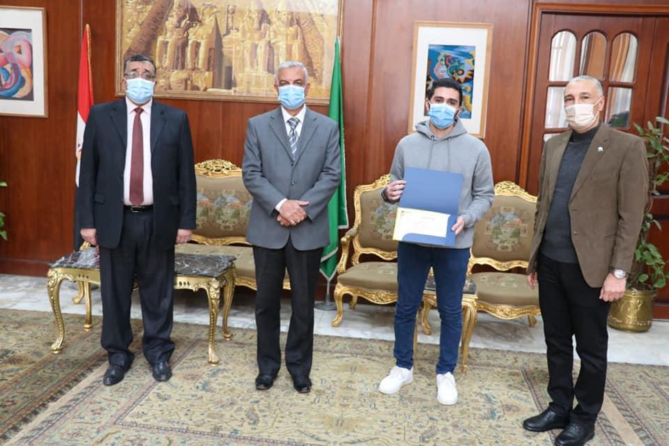 مبارك يكرم الفائزين فى مسابقة الطالب المثالى والطالبة المثالية