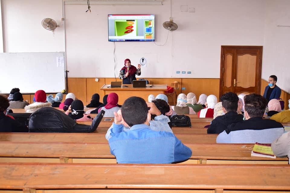 قطاع خدمة المجتمع وتنيمة البيئة بالكلية يعقد ندوة حول أهمية التفاؤل والامل للطلاب