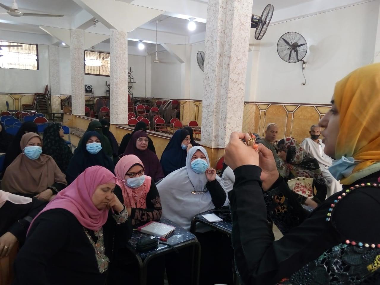 تعليم صناعة الاكسسوارات والحرف قافلة جامعة المنوفية لعمروس