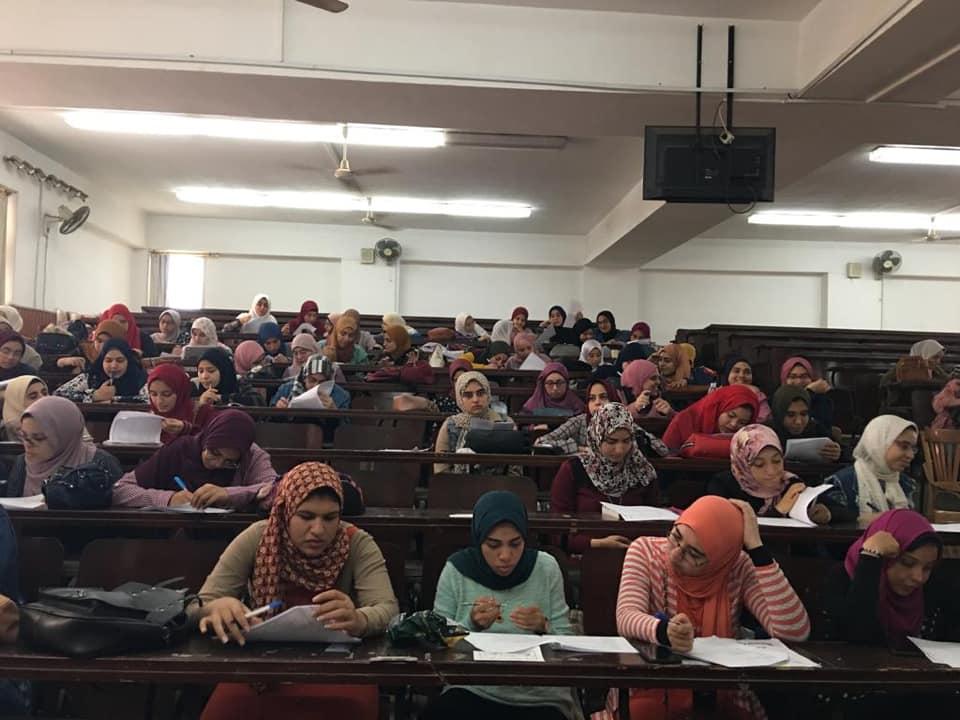 تدريب طلاب الفرقه الثانيه علي الاجابه في الورق الخاص بالتصحيح الالكتروني