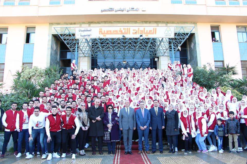 مبارك يشارك طلاب الدفعة 33 بطب المنوفية فرحتهم بنهاية إمتحانات السنوات الدراسية