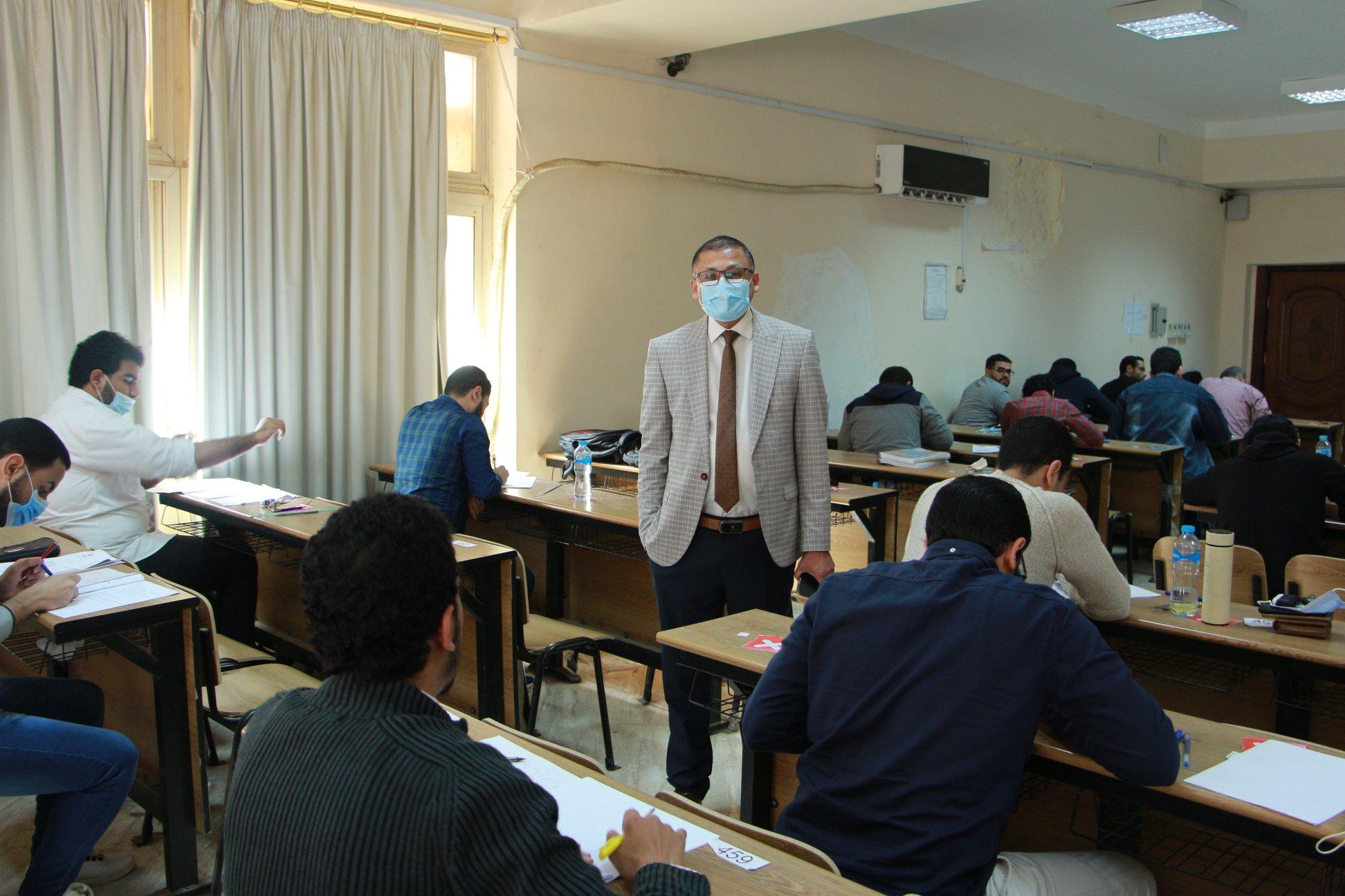 عميـد الكليـة و وكيـل الكليـة لشئـون التعليـم و الطلاب يتفقدا إمتحانات الفرقـة السادسة في مادة الجراحة العامة