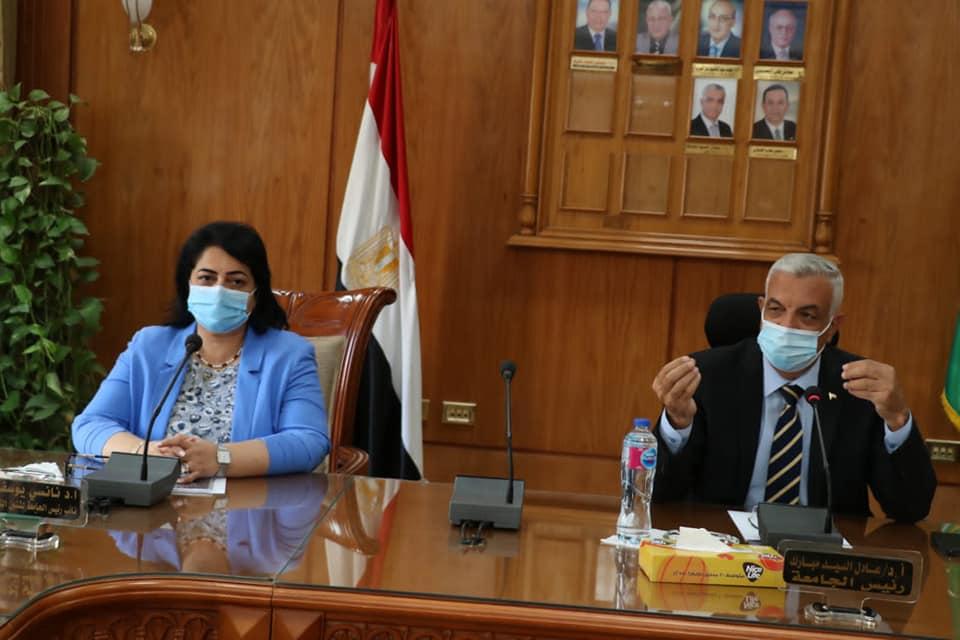 رئيس جامعة المنوفية يرأس اللجنة العليا للإشراف على التطعيم ضد فيروس كورونا لأعضاء هيئة التدريس والعاملين والطلاب
