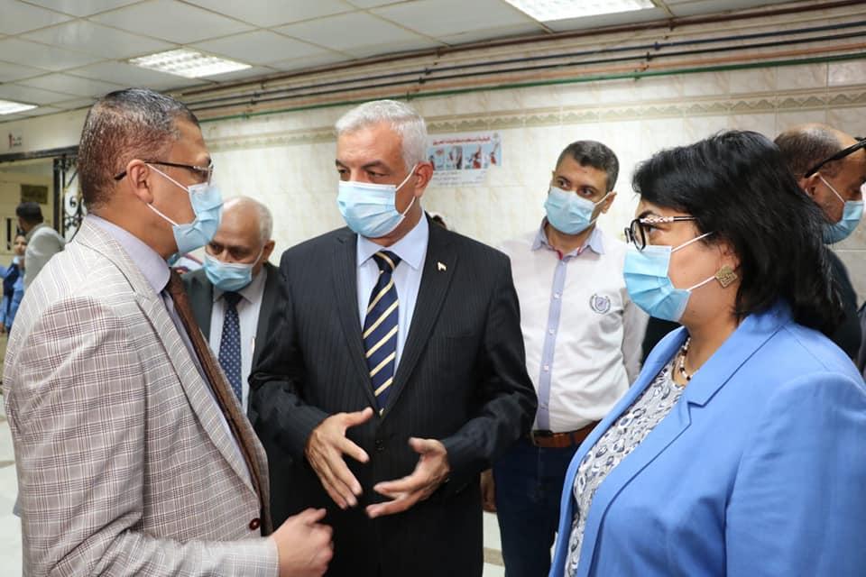 رئيس جامعة المنوفية فى زيارة لمستشفى الجامعة لمتابعة حالة المصابين ويؤكد على تواجد أطباء نفسيين لمساعدتهم