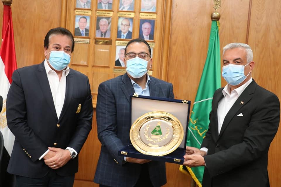 رئيس الوزراء فى رحاب جامعة المنوفية ويوافق على تطوير المستشفى الجامعى ومعهد الكبد القومى وتوفير ظهير للجامعة بالسادات