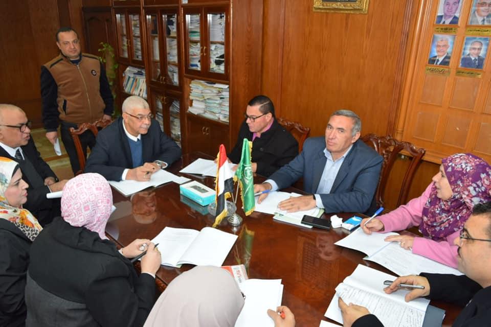 نائب رئيس جامعة المنوفية للدراسات العليا يرأس إجتماع اللجنة الخامسة للمكتبة المركزية
