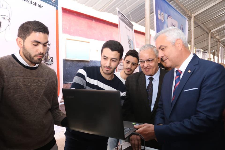 رئيس جامعة المنوفية يتفقد معرض مشروعات طلاب الهندسة الإلكترونية