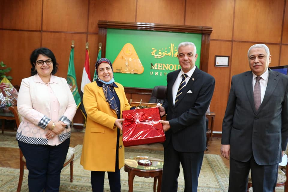 The President of Menoufia University honors the Director General of the Office of the Vice President for Education and Students for reaching the retirement age.