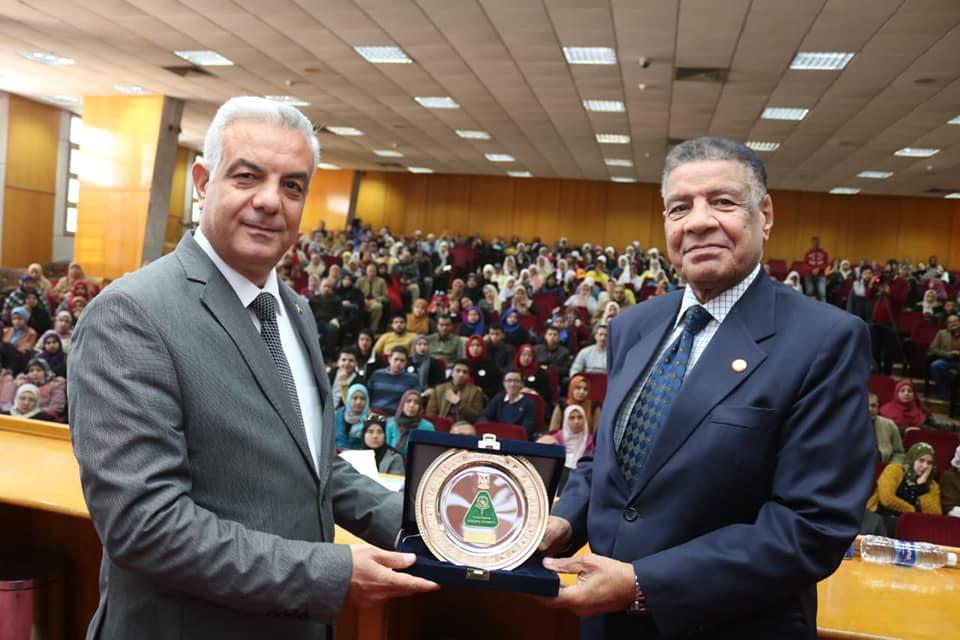 رئيس جامعة المنوفية يفتتح ندوة اليوم بدقيقة حداد على الرئيس الراحل