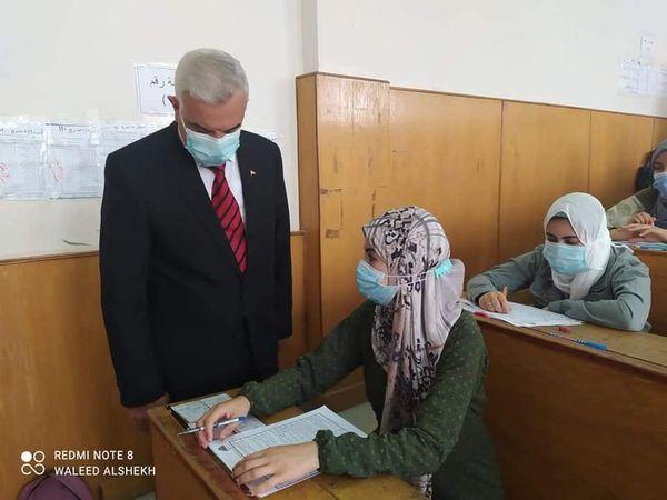 رئيس الجامعة يتفقد اختبارات الفصل الدراسي الثاني بالنوعية للعام الجامعى٢٠٢٠/ ٢٠٢١