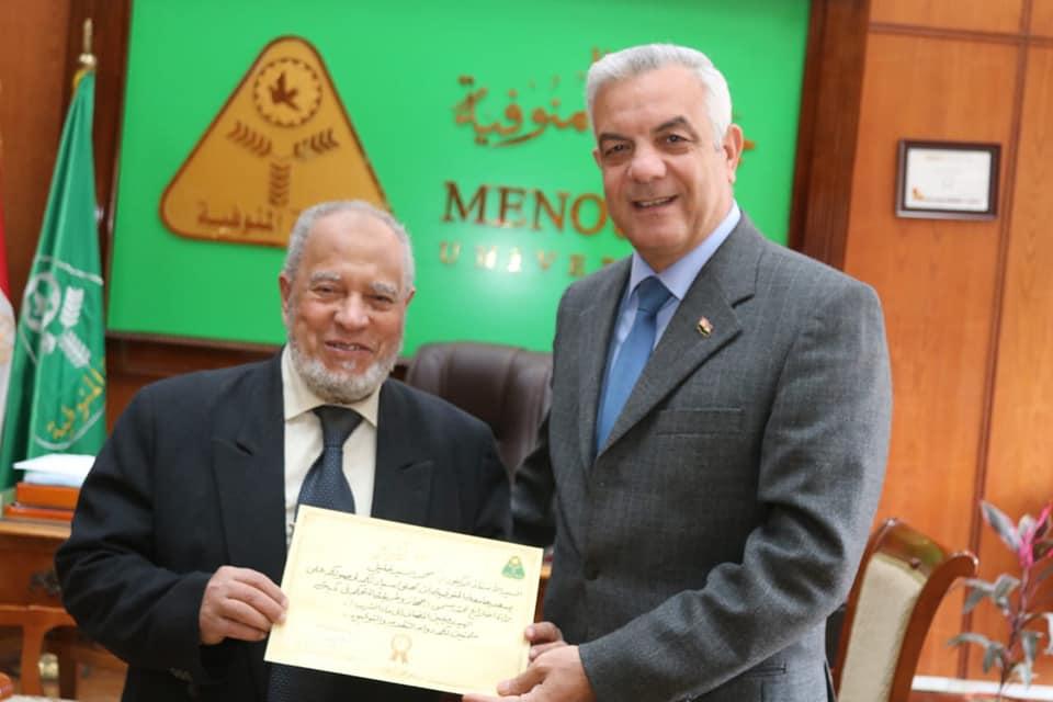 رئيس جامعة المنوفية يكرم الدكتور محمد خليل