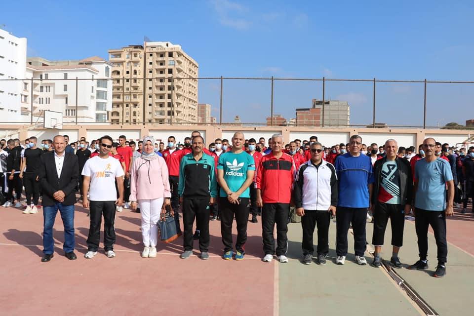 رئيس جامعة المنوفية يتقدم صفوف طلاب التربية الرياضية لتأدية تحية العلم