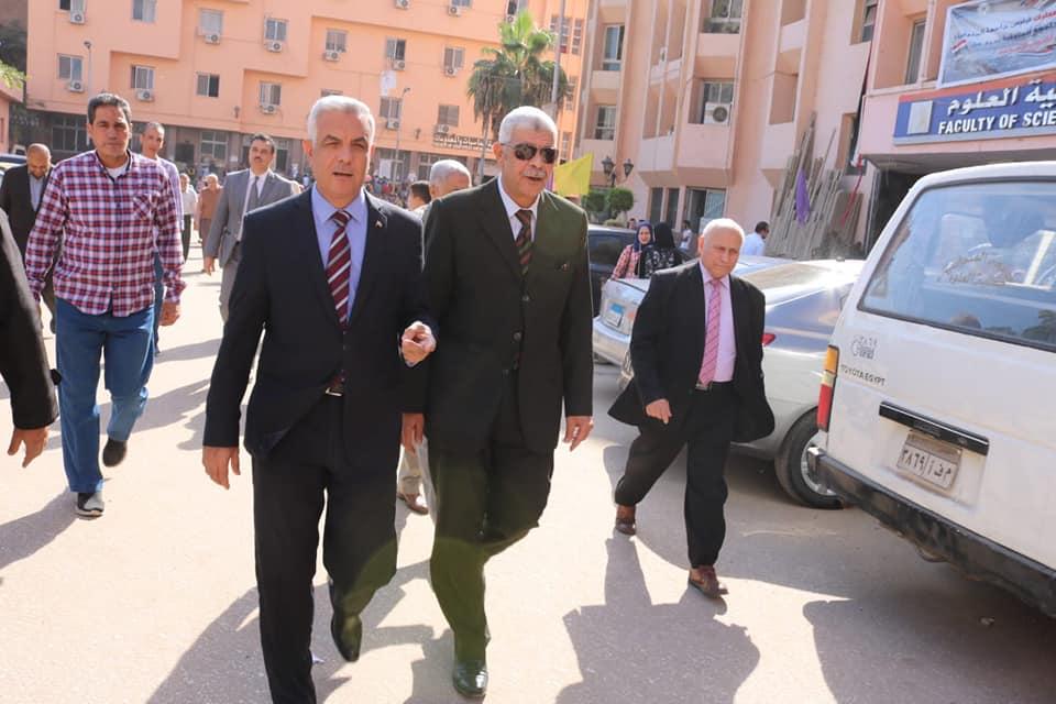 مبارك يتفقد المركز الجامعى للتطوير المهنى